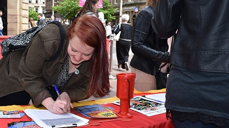 Street work, women signing the petition for a £10 Living Wage