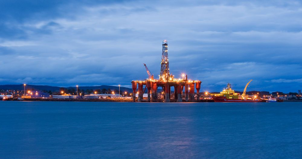 https://commons.wikimedia.org/wiki/File%3AOil_rigs%2C_North_Sea_oil%2C_Scotland%2C_UK.jpg